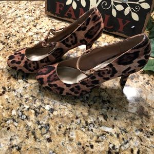Súper cute pumps with strap and short heel.